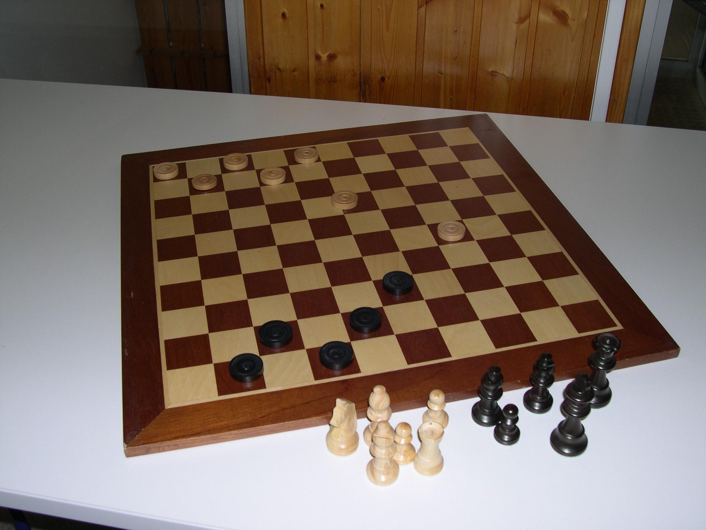 Jeu de dames et jeu d'échecs géants